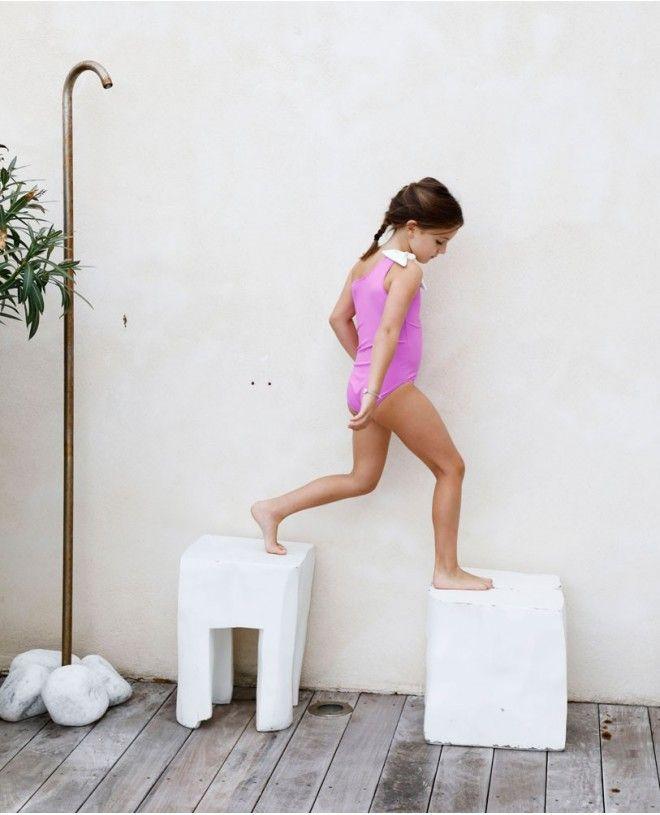 Fille portant un maillot de bain une piece anti-uv rose Orchid de Canopea