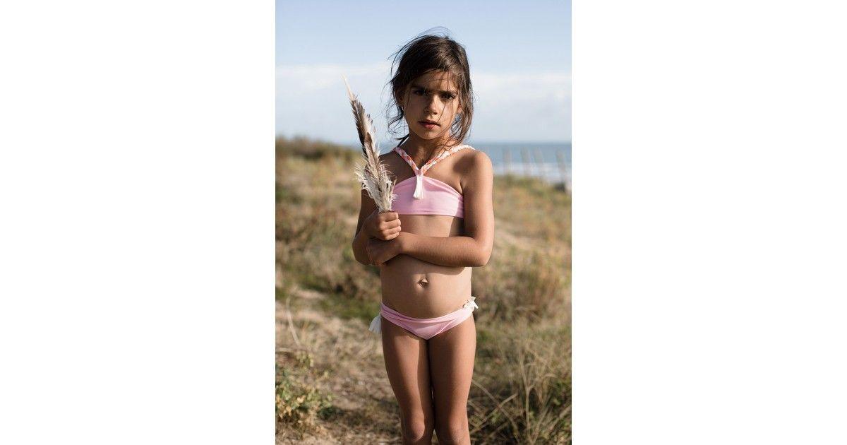 Haut de bikini rose avec pompon blanc sur le devant et bretelles tressées