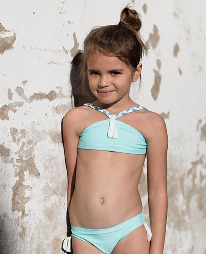 Haut de bikini vert aqua avec pompon blanc sur le devant et bretelles tressées