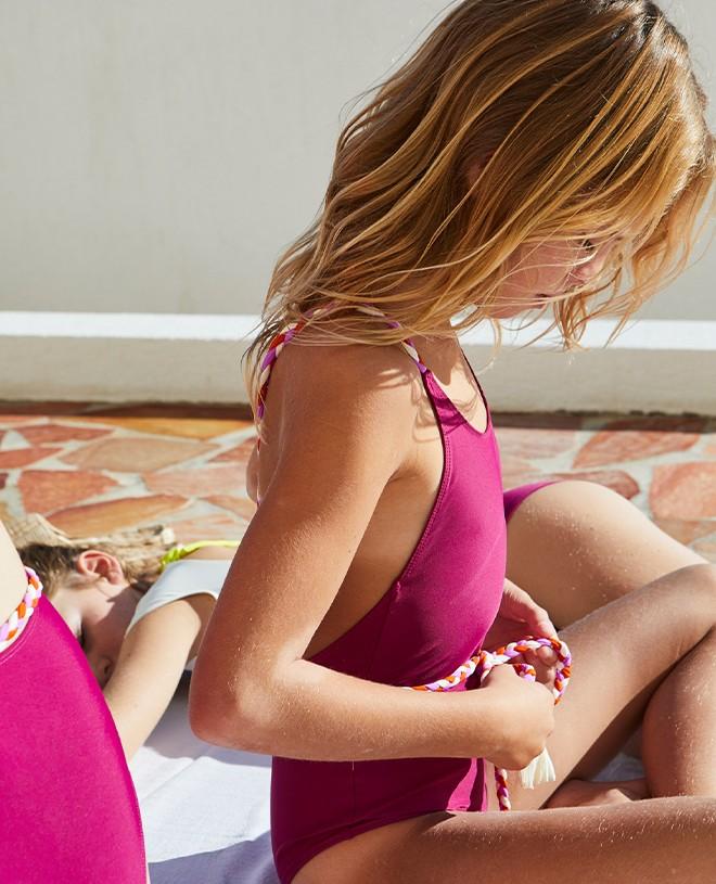 Maillot de bain une piece anti-uv rouge prune pour fille de Canopea