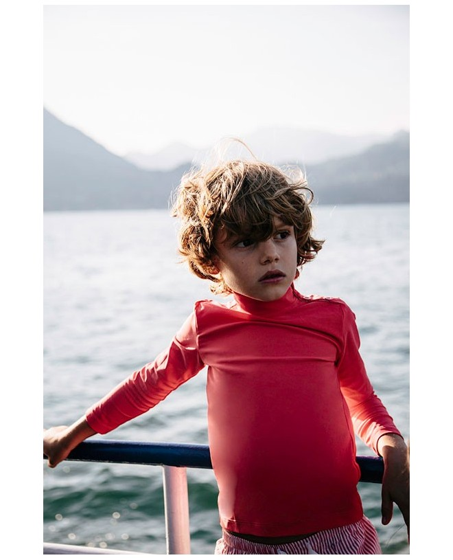 Boy wearing a sun protective rashguard in Fragola red for children