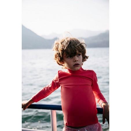 Garçon portant un t-shirt anti UV rouge Fragola de Canopea