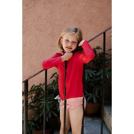 Fille portant un t-shirt anti UV rouge Fragola de Canopea