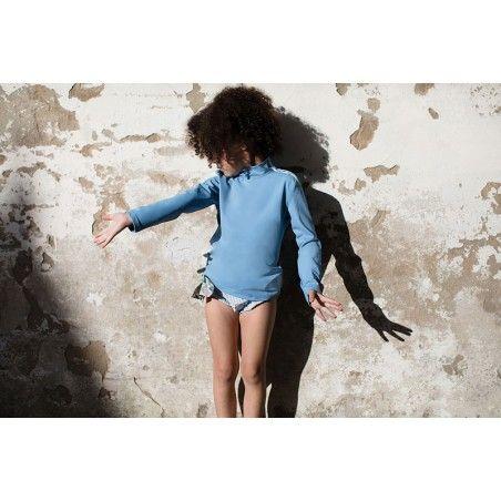 Fille portant une culotte de bain à fronce bleu avec gros noeud amovible