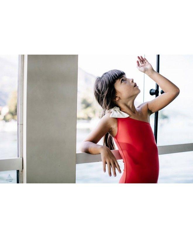 Fille portant un maillot de bain une piece anti-uv rouge Fragola de Canopea