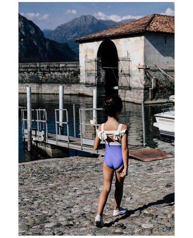 Fille portant un maillot de bain une piece anti-uv bleu indigo Layla de Canopea