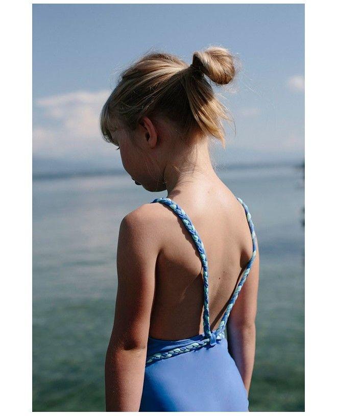 Fille portant un maillot de bain une piece anti-uv bleu Indigo pour fille de Canopea