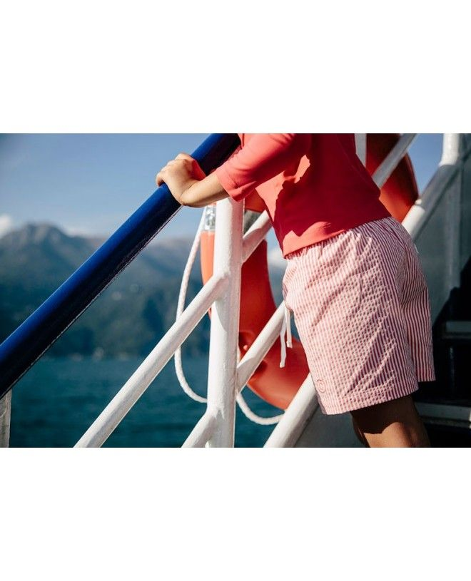 Garçon portant le short de bain en seersucker rouge fragola de Canopea