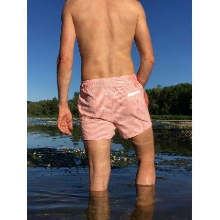 Papa portant le short de bain en seersucker rouge fragola de Canopea