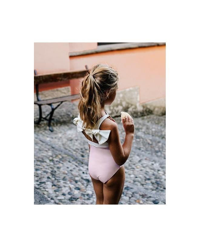 Fille portant le maillot de bain une piece anti-uv rose Dragée Layla de Canopea