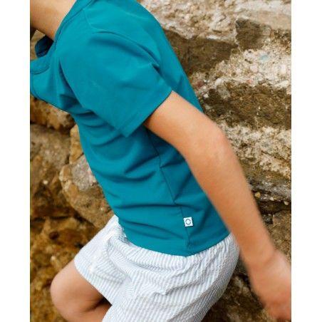 Garçon portant un t-shirt anti UV vert Bari de Canopea